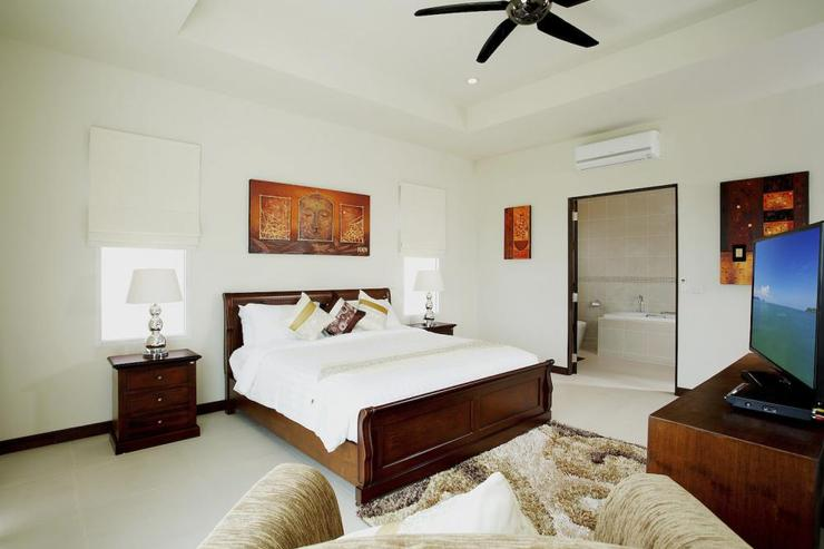 Diamond View (V05) - Bedroom 2 with king-size bed, en-suite bathroom, air conditioning and ceiling fan