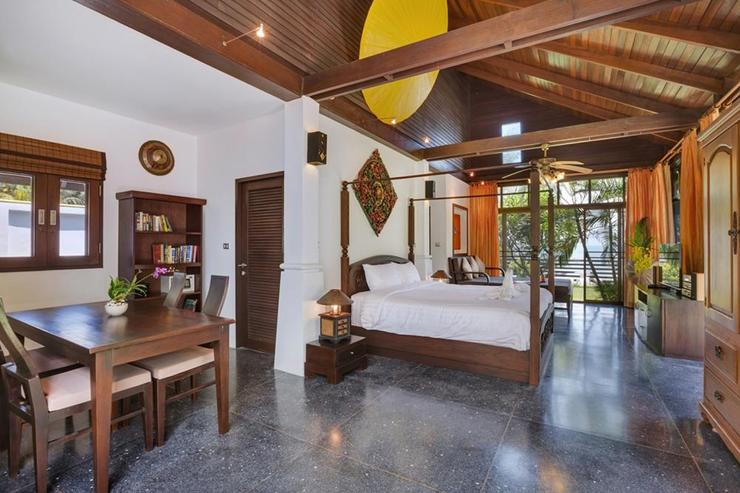 Emerald Sands - Master bedroom with king-sized bed and plenty of relaxing space