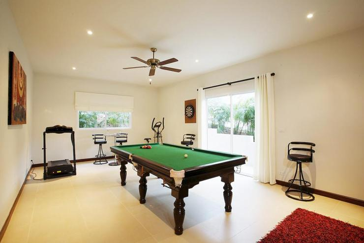 Games room with pool table, ideal for evening entertainment