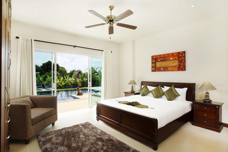 Jade villa (V08) - Bedroom 4 with king size bed, en-suite bathroom and direct access to swimming pool and sundeck