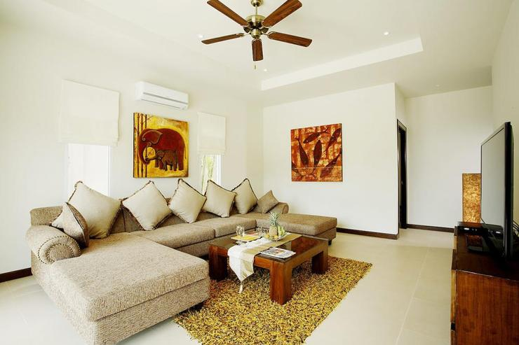 Jade villa (V08) - Second Living Room with flat screen TV and access to swimming pool and sundeck