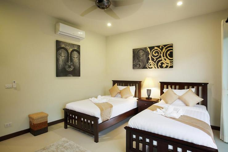Bedroom 3 with 2 twin beds, air conditioning and ceiling fan
