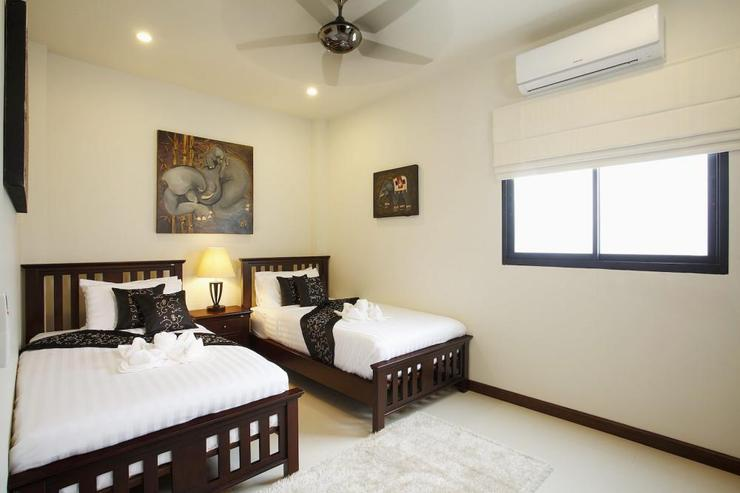Bedroom 4 with twin beds, air conditioning and ceiling fan