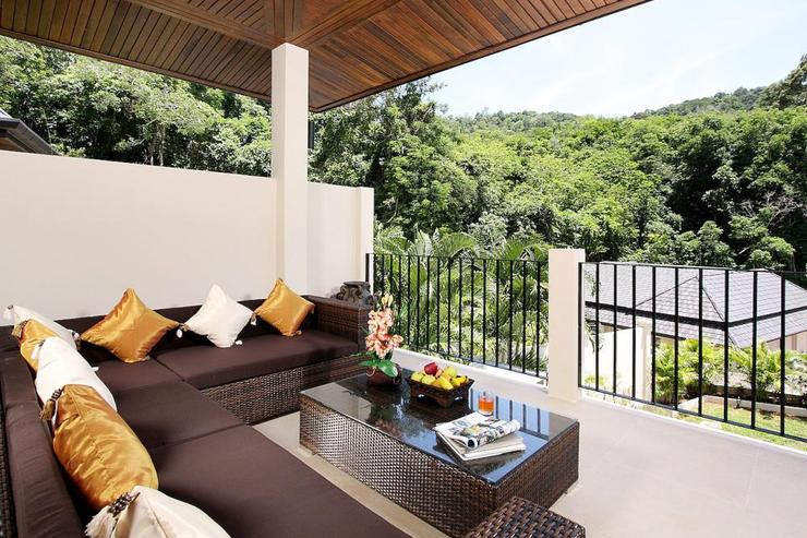 Opal Villa (V11) - Soft seating on balcony to relax and enjoy evening sundowners while overlooking the views of the valley