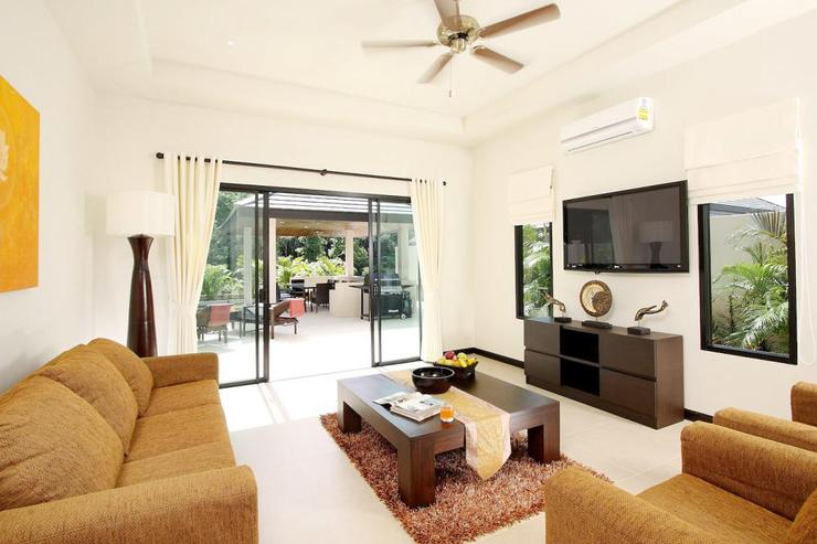 Opal Villa (V11) - Second living room with flat screen TV and direct acess to swimming pool and sundeck