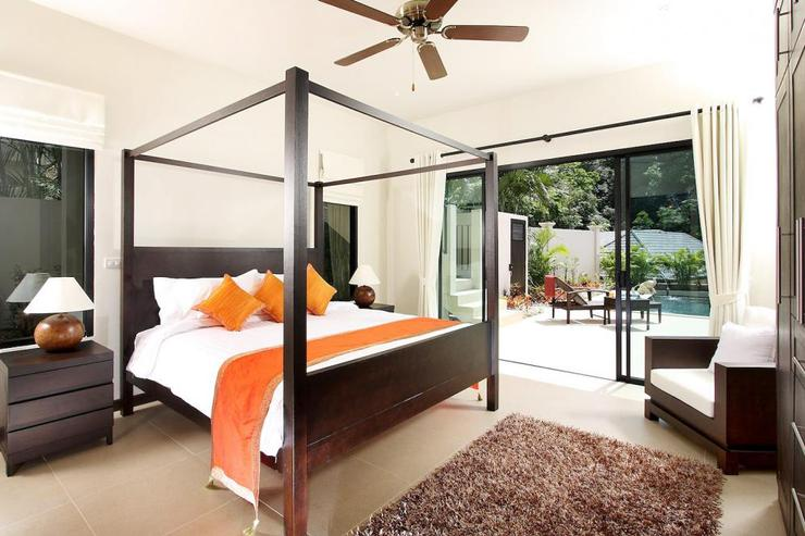 Opal Villa (V11) - Bedroom 3 with four poster king size bed and sliding door to swimming pool and sundeck
