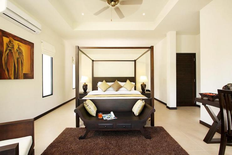 Opal Villa (V11) - Master bedroom with king size four poster bed, air conditioning, ceiling fan and en-suite bathroom