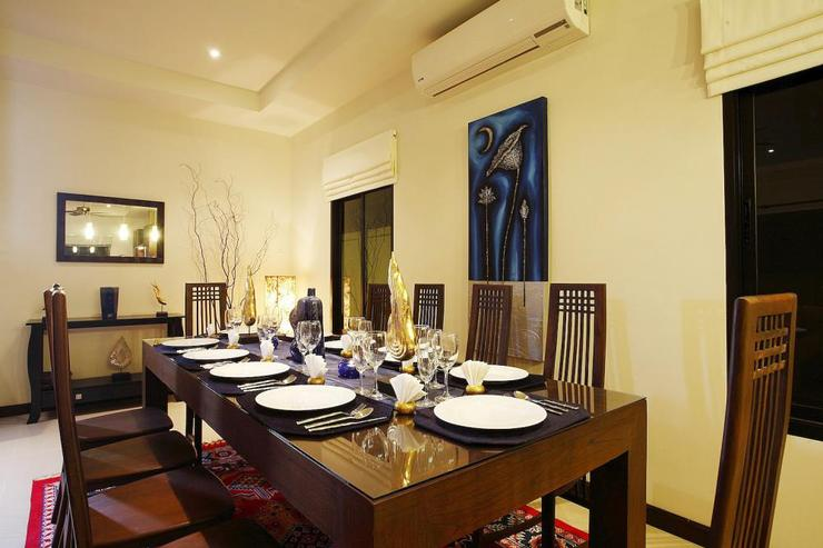 Dining for 10 guests in open plan dining area