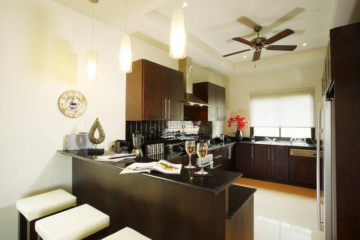 Pearl Villa (V12) - Fully-fitted Western kitchen with breakfast bar and all appliances