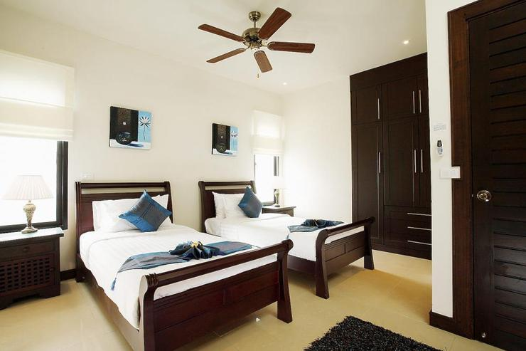 Bedroom 5 with twin single beds, en-suite bathroom, air conditioning and ceiling fan