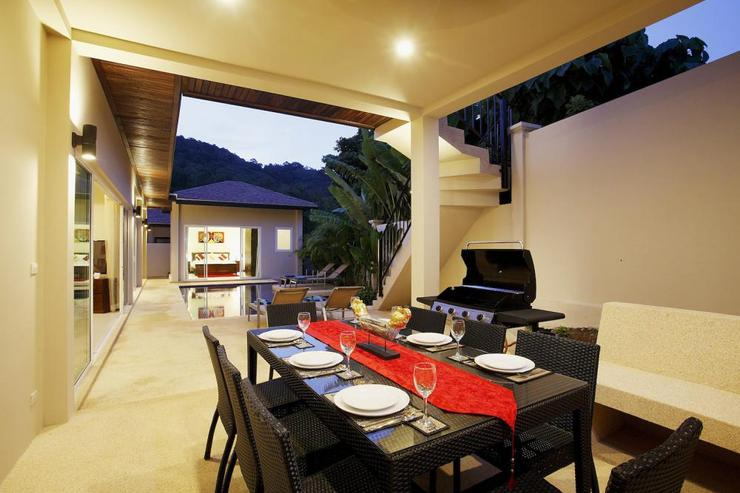 Topaz Villa - Sala for al fresco dining, complete with gas BBQ and seating area