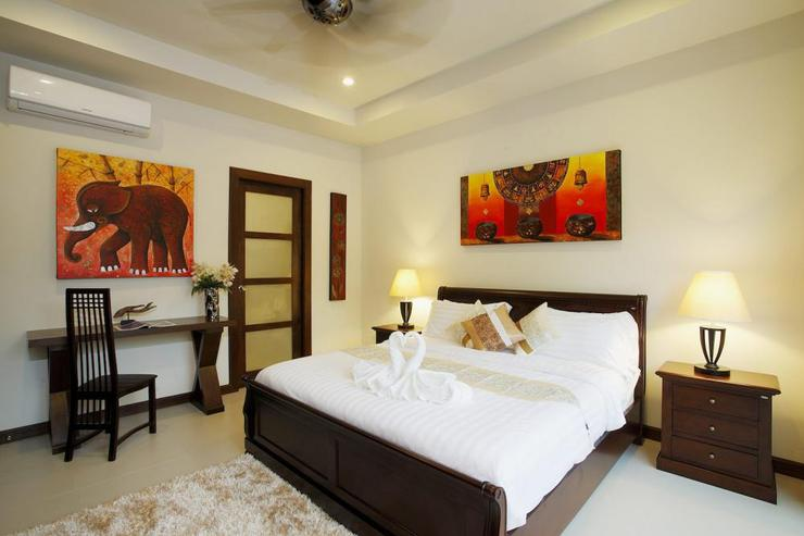 Topaz Villa - edroom 2 with king size bed, air conditioning , ceiling fan and en-suite bathroom