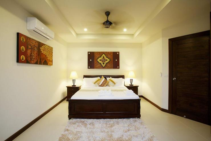 Topaz Villa - Bedroom 3 upstairs with king size bed, air conditioning and ceiling fan