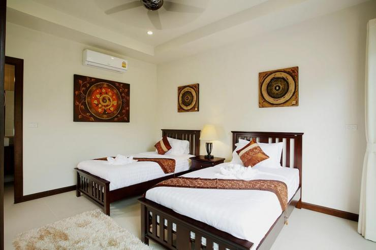 Topaz Villa - Bedroom 4 with 2 single beds, air conditioning, ceiling fan and en-suite bathroom