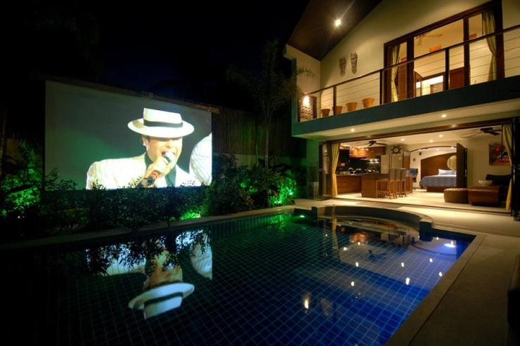 Villa Tawan - Villa Tawan exterior and projector screen (3 meters) by the pool
