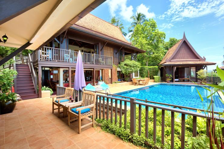 Villa Thai Teak - Plenty of seating and lounging areas poolside