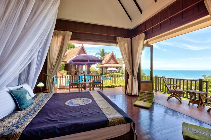 Villa Thai Teak - Master en-suite Bedroom 1 - spacious with stunning ocean / sunset views