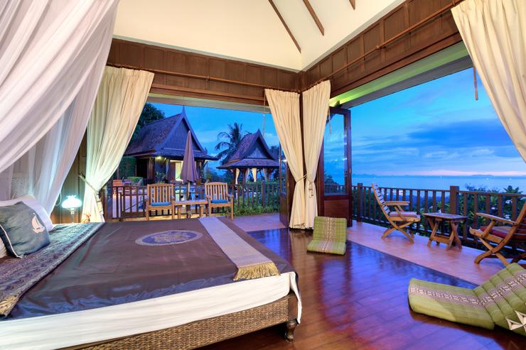 Master en-suite Bedroom 1 - spacious with stunning ocean / sunset views