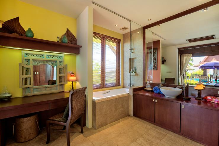 Villa Thai Teak - En-suite Bathroom 1 - spacious together with desk / office area