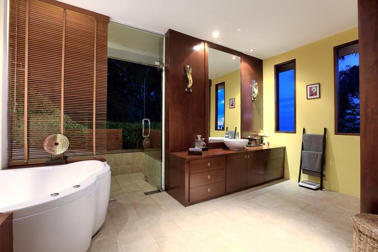 Villa Thai Teak - En-suite Bathroom 2 - spacious together with Jacuzzi / spa bathtub